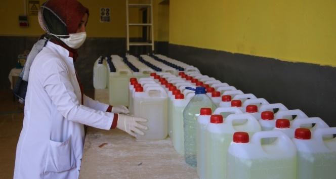Gönüllü öğretmenler günde 10 ton dezenfektan üretiyor