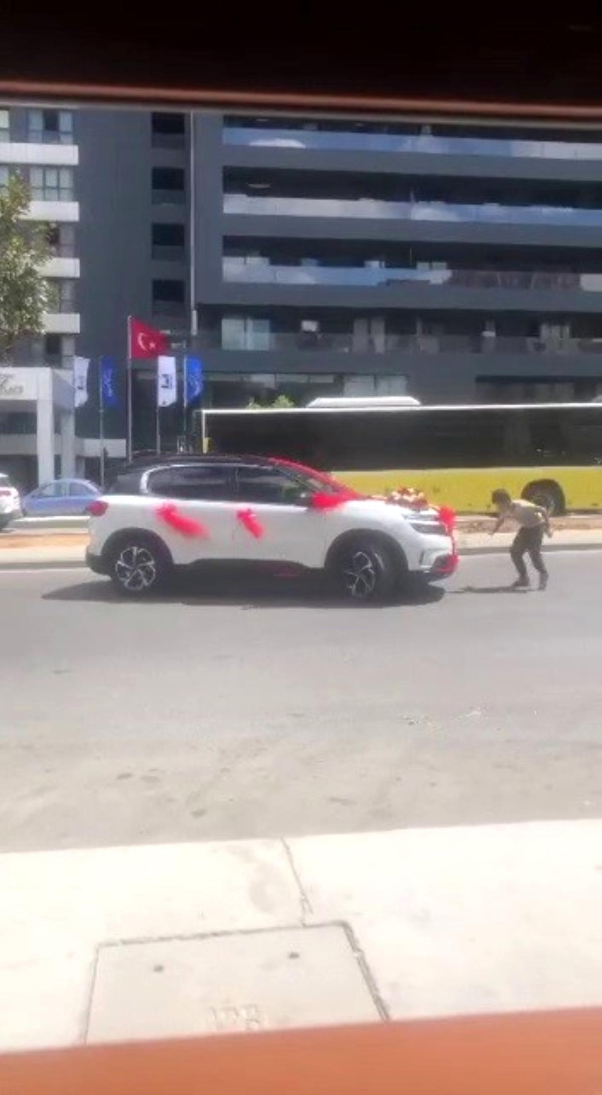 Ümraniye de gelin arabasının önüne atlayan çocuklar trafiği birbirine kattı