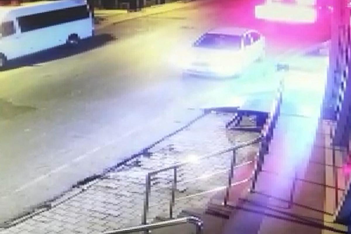 Ümraniye'de alkollü sürücü dehşeti: Park halindeki otomobil dükkana uçtu