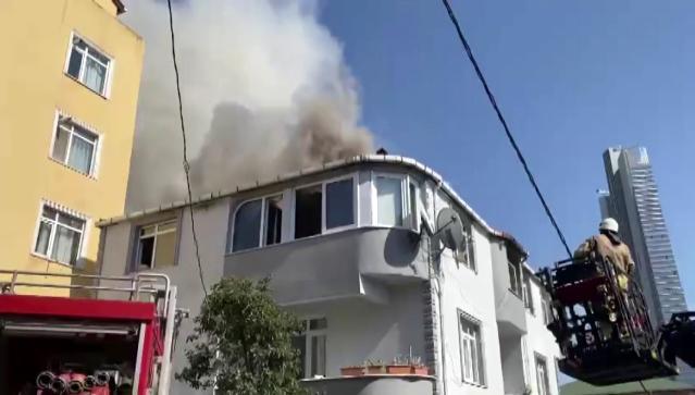 Ümraniye'de 2 katlı binanın 2. Katında yangın çıktı