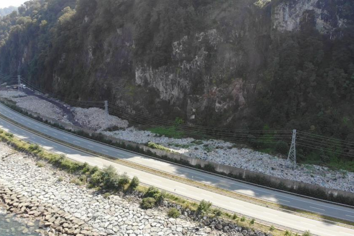 Hopa'da çöp duvarı