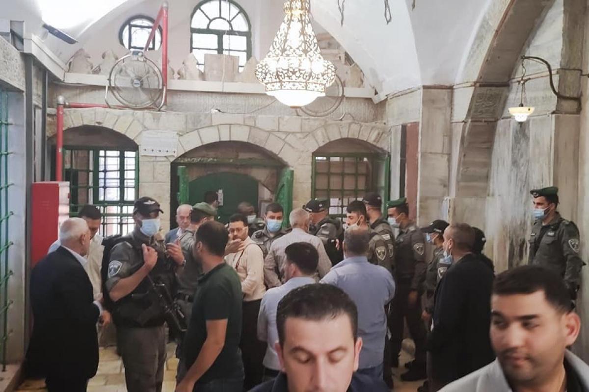 İsrail güçleri Harem-i İbrahim Camii'nde ibadet edenleri zorla dışarı çıkardı
